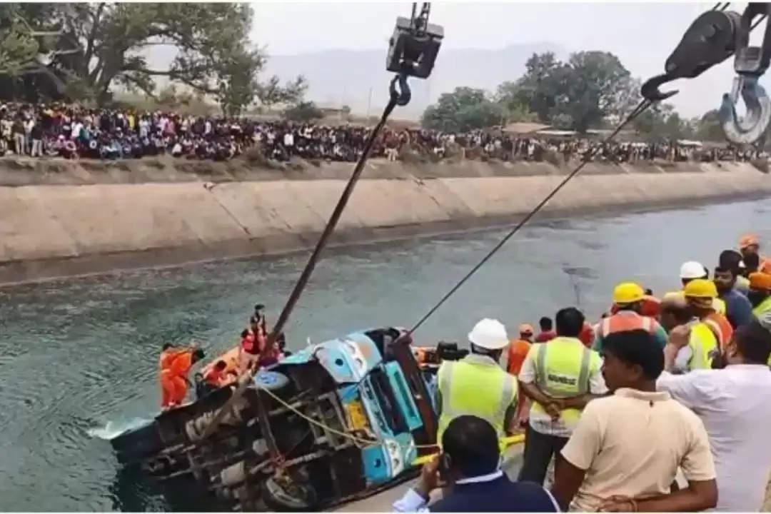 दर्दनाक हादसा: यात्रियों से भरी बस नहर में गिरी, अब तक 30 शव बरामद
