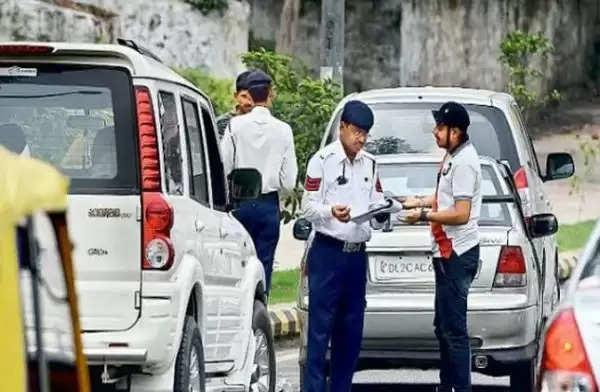 तहसीलदार को गाड़ी पर नीली बत्ती लगाना पड़ा महंगा, ट्रैफिक पुलिस ने काटा पोस्टल चालान