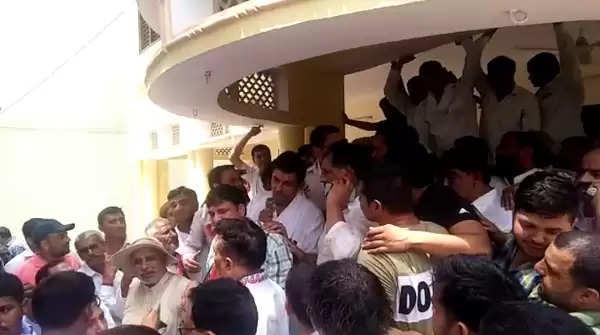 बहादुरगढ़ में खुलकर सामने आई कांग्रेस की गुटबाजी, दीपेंद्र हुड्डा के चुनावी कार्यालय के उद्धघाटन के दौरान जमकर हुई बहस