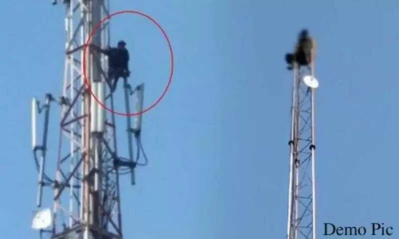 हिसार में मोबाइल टावर पर चढ़ा किसान, नीचे उतरने के लिए रखी ये मांग