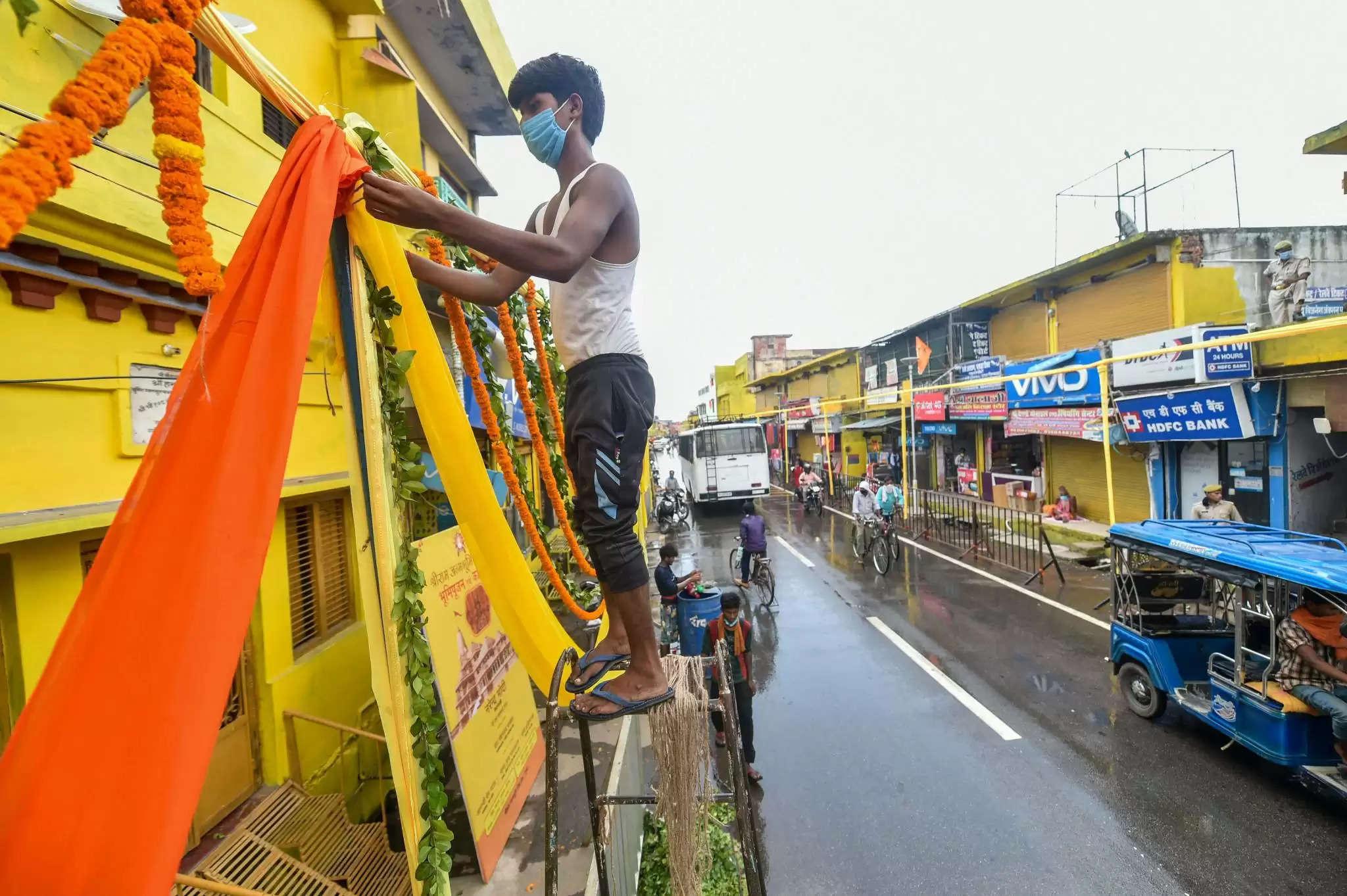 राम मंदिर में भूमि पूजन कार्यक्रम के लिये दुल्हन की तरह सजी भगवान राम की नगरी 'अयोध्या'