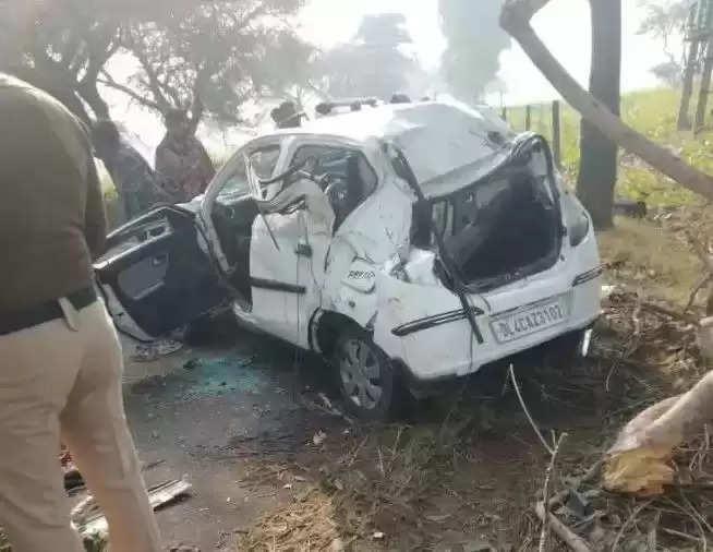 पेड़ से टकराई कार, दो दोस्तों की मौत