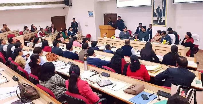 युवाओं को रोजगार दिलवाने के लिए दुष्यंत ने कसी कमर, अधिकारियों के साथ की बैठक