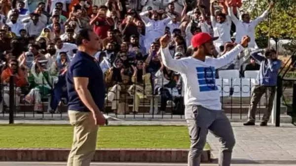 वाघा बॉर्डर पर पाकिस्तानी तेज गेंदबाज हसन अली ने भारतीयों के सामने की बदसलूकी