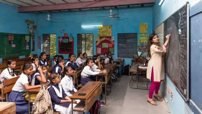 शिक्षा विभाग ने रिटायर्ड अध्यापकों को दिया झटका, तुरंत प्रभात से रिलीव करने के आदेश